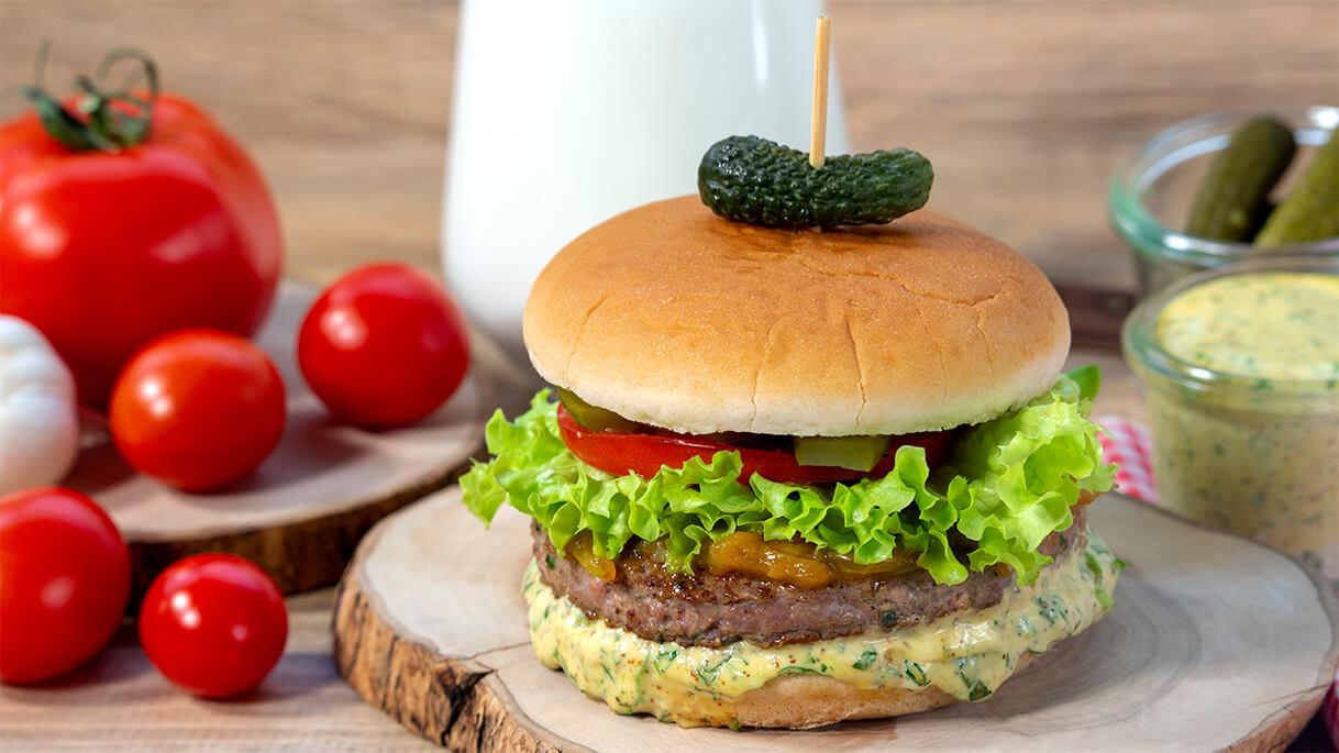Hayallerinizi süsleyen o efsanevi burger lezzetini evde hazırlamanın aslında o kadar da zor olmadığını söylesek? Remoulade Soslu Gurme Dana Burger tarifi, haftanın tüm yorgunluğunu lezzete ve mutluluğa dönüştürmek isteyenler için geliyor.💚