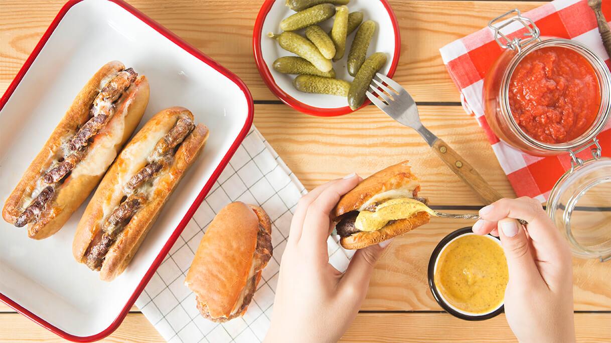 Pınar İllaki Kasap Köfte leziz soslar ve kaşar peyniri ile süsleniyor, sandviç ekmeğinin arasında bir lezzet şölenine dönüşüyor.