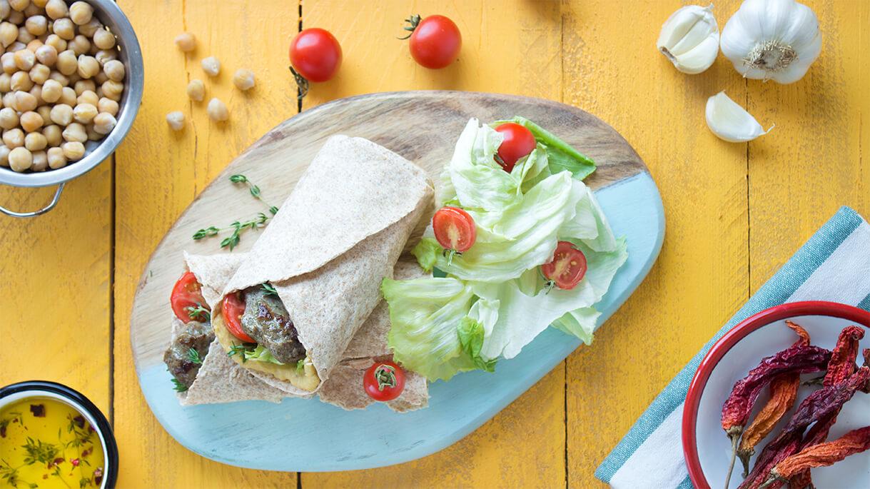 Pınar Lokum Köfte humus ile beraber lavaşa sarılmış, tadına bakanlar bu lezzete bayılmış.