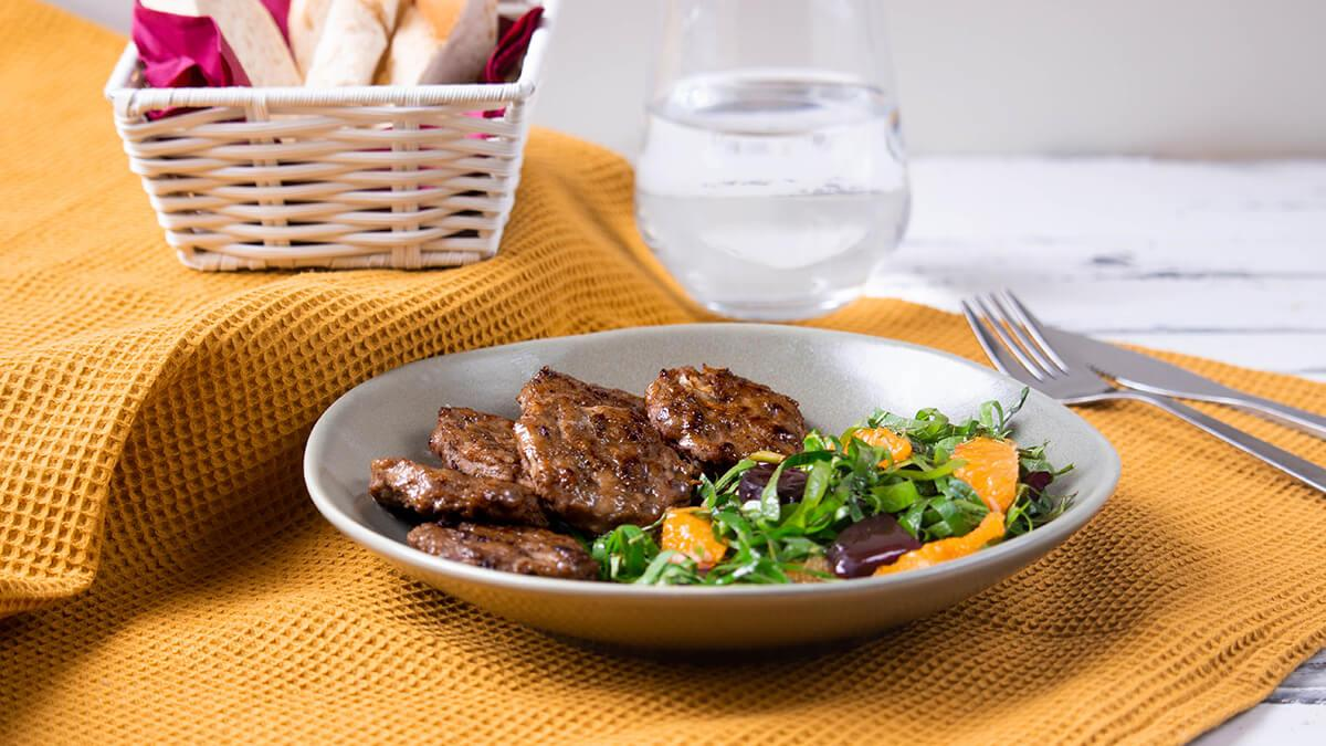 Taze asma yaprağı salatasının mayhoş aroması ve Pınar İllaki Kasap Köfte'nin ekmek eklenmeden hazırlanmış özel formülü… Hafifliği ile yaza damgasını vuracak bir lezzet şöleni!