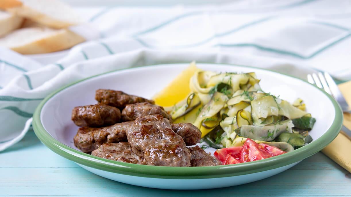 Sağlıklı, hafif, lezzetli! Bir yaz menüsünde aradığınız her şeyi Kabak Sıyırma ve Lokum Köfte tarifinde bulacaksınız.